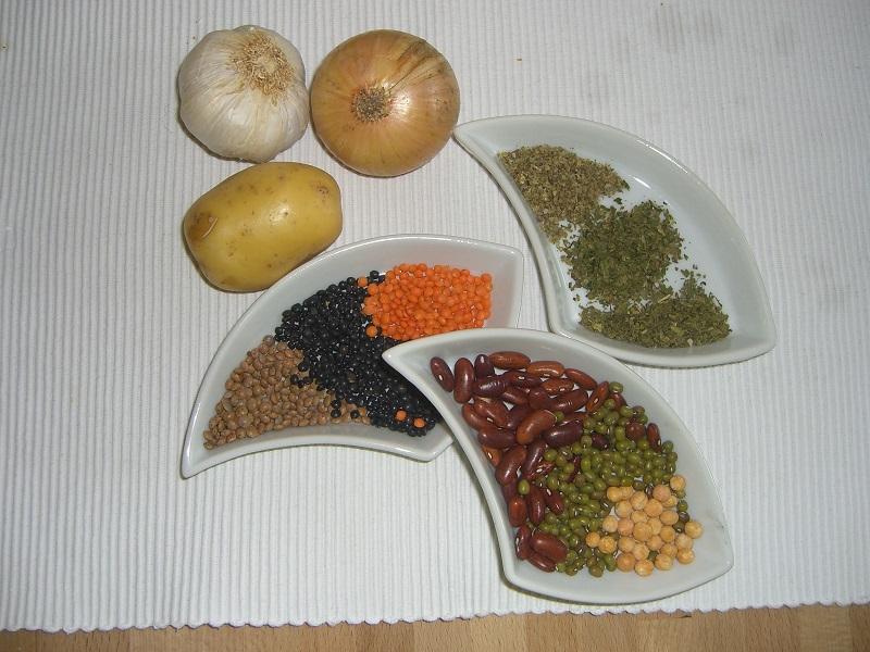 verschiedene Linsen, Bohnen und Erbsen, Gewürze